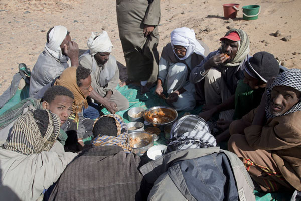 Picture of The Sudanese involved in the excavations wolfing down lunchAbri - Sudan