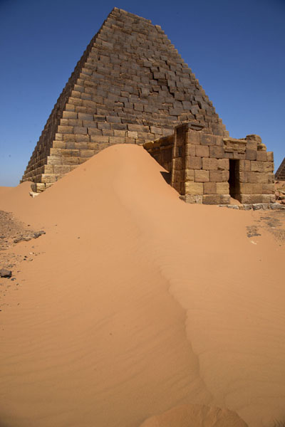 Sand dune and pyramid of the northern cemetery | Piramides van Begrawiya | Soedan