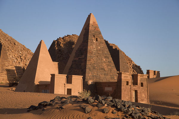Several pyramids of the northern cemetery in the early morning | Piramides van Begrawiya | Soedan