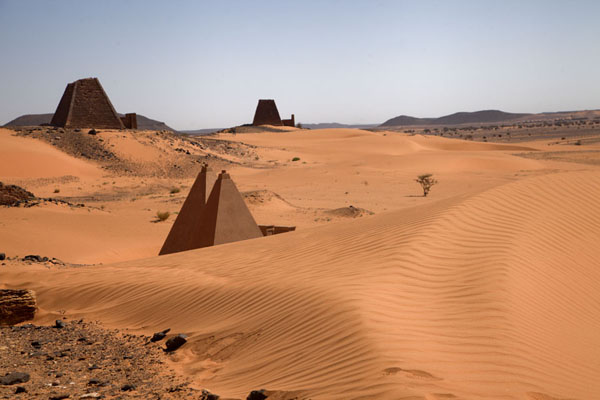 View of the pyramids of the northern cemetery from the top of a sand dune | Pirámides de Begrawiya | Sudán