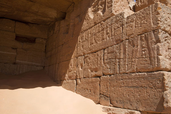 Foto di Looking into one of the halls of the pyramids of the northern cemetery with richly decorated wallBegrawiya - Sudan