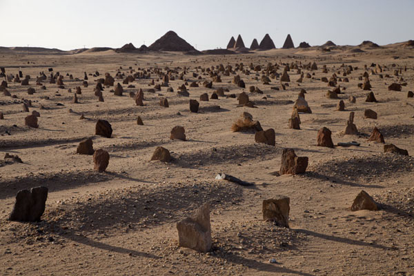 Foto van Cemetery with the pyramids of Jebel Barkal in the distanceKarima - Soedan