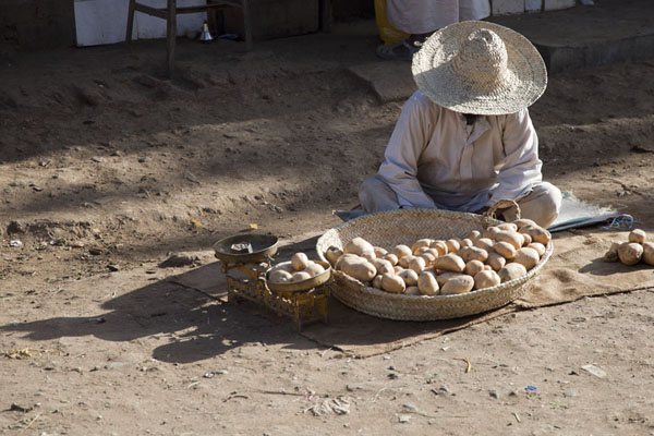 Street vendor selling potatoes at the market of Kassala | Kassala Markets | 苏丹