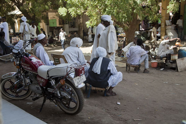 White-robed men having tea at one of the markets of Kassala | Marchés de Kassala | Soudan