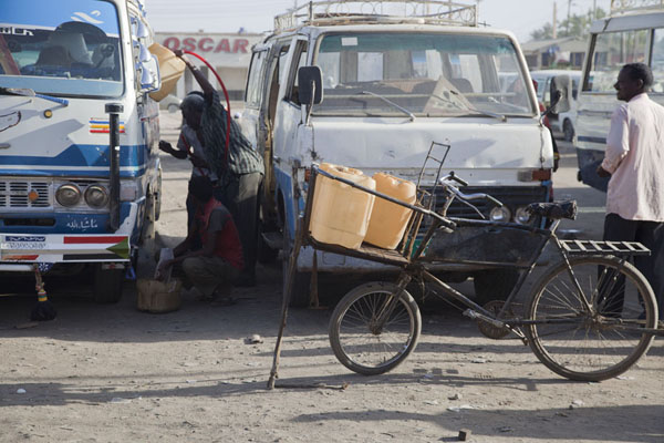 Bike with petrol going around the bus station to provide fuel for the minivans | Marchés de Kassala | Soudan