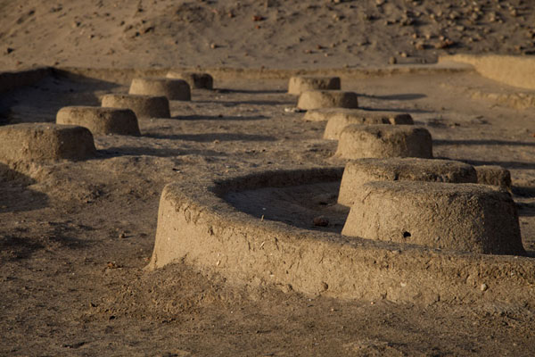 Row of circular bases at the western deffufa | Deffufas van Kerma | Soedan