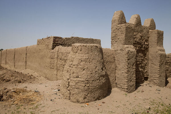 Adobe wall around the western deffufa | Deffufas van Kerma | Soedan