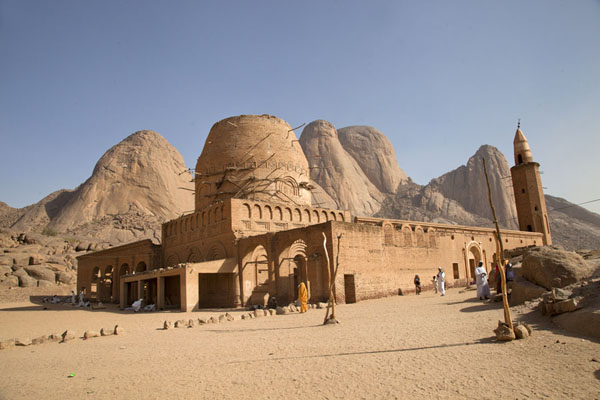 The mosque of Khatmiyah and the tomb of Hassan al Mighrani with the Taka Mountains in the background | Khatmiyah | Soedan
