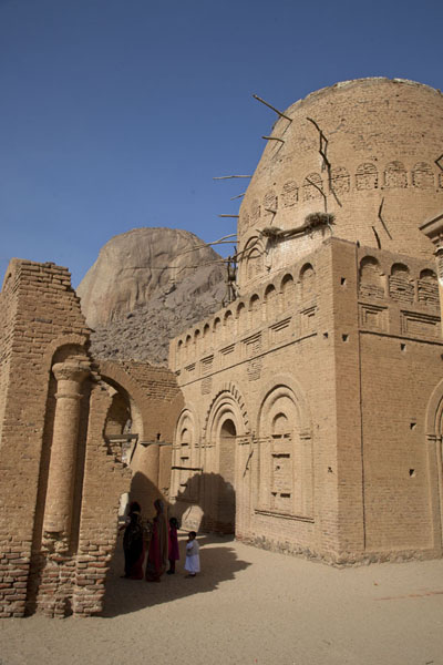 Domed tomb of Hassan al Mighrani with Taka Mountains in the background | Khatmiyah | Soedan