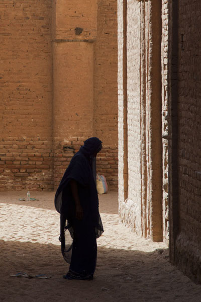 Veiled woman praying at the tomb of Hassan al Mirghani | Khatmiyah | Sudan