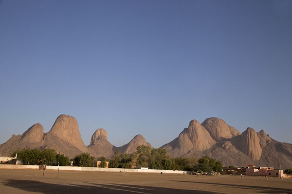 Foto van Taka Mountains seen from a football field in KassalaKhatmiyah - Soedan