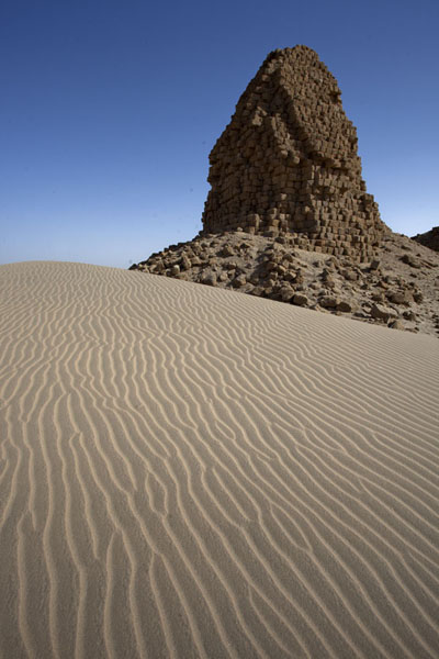 Foto van Sand dune with one of the pyramids of NuriNuri - Soedan