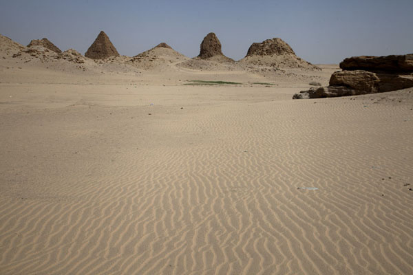 Foto van The desert surrounds the pyramids of NuriNuri - Soedan