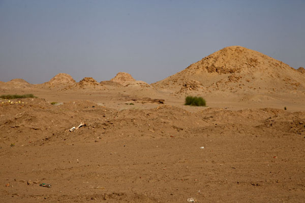 Foto van The biggest pyramid, of the great ruler Taharqa, with the smaller pyramids for queens on the leftNuri - Soedan