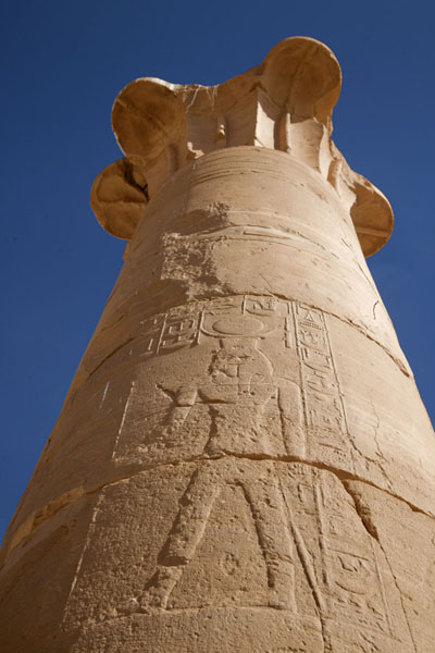 Photo de Looking up a decorated column of the temple of Soleb - Soudan - Afrique
