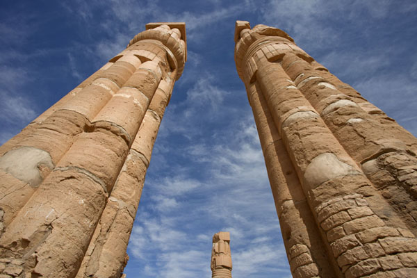 Looking up two of the massive pillars of Soleb temple | Soleb | Soedan