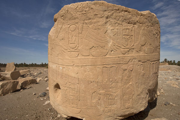Big piece of decorated sandstone lying on the floor at the temple of Soleb | Soleb | Soedan