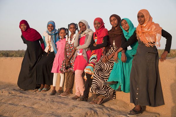 Foto van Group of Sudanese girls in the late afternoon on top of the western deffufa in KermaSoedanezen - Soedan