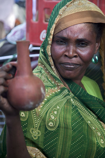 Foto van Woman selling small coffee pots at the market of KassalaSoedanezen - Soedan