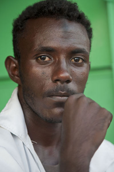 Foto van Young man posing at the market of Port SudanSoedanezen - Soedan