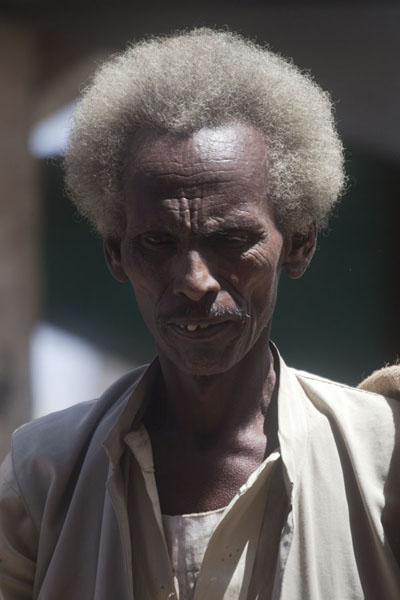 Foto van Sudanese man walking the streets of KassalaSoedanezen - Soedan