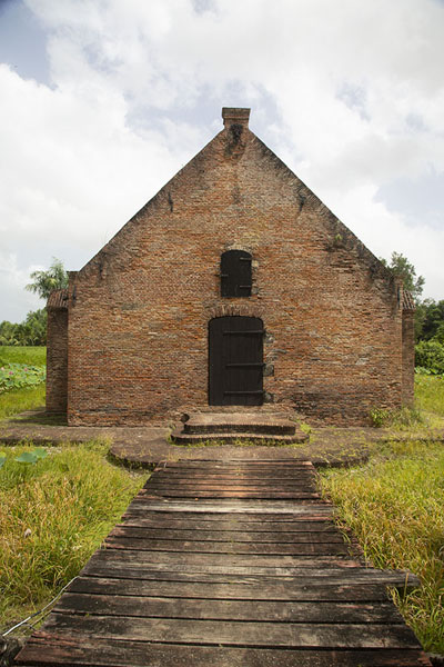 Foto di The powder house of Fort Nieuw Amsterdam, surrounded by a shallow moat - Suriname - America