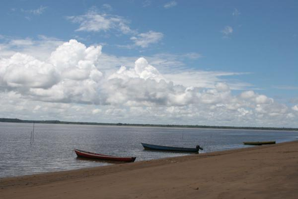 Foto de Fisherboats on the bank of the Marowijne river near GalibiGalibi - Surinam