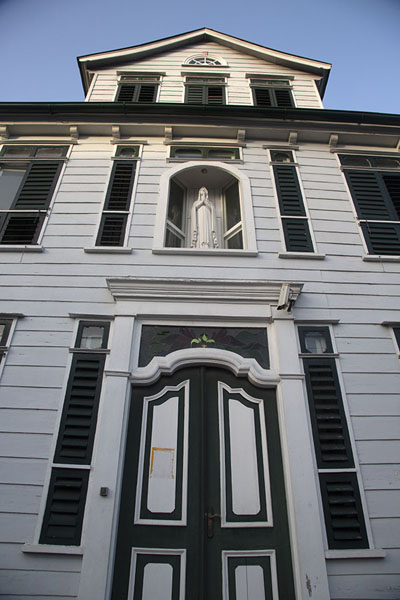 Looking up a building with a statue of Virgin Mary | Paramaribo Architecture | 蔌利南