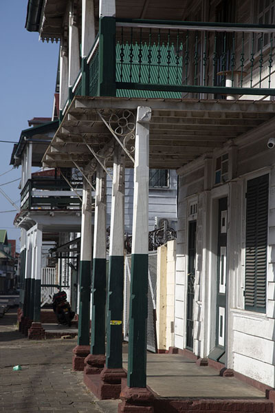 Foto de Wooden columns supporting traditional buildings in the Watermolenstraat - Surinam - América
