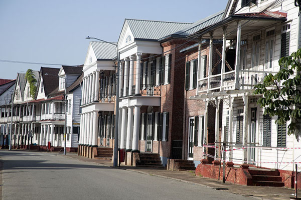Foto van Row of wooden buildings in ParamariboParamaribo Architecture - Suriname