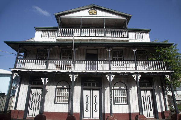 Foto van Looking up a traditional wooden building in Paramaribo - Suriname - Amerika