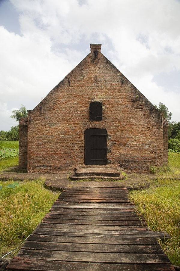 Foto van The powder house of Fort Nieuw Amsterdam, surrounded by a shallow moat - Suriname - Amerika