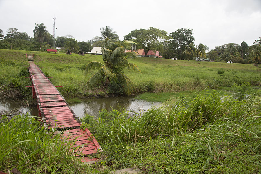 Photo de Wooden bridge between the fort and a bastionNieuw Amsterdam - le Surinam