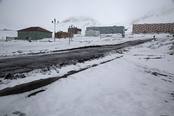 Foto de The main square of Barentsburg with old and new buildings and a bust of LeninBarentsburg -