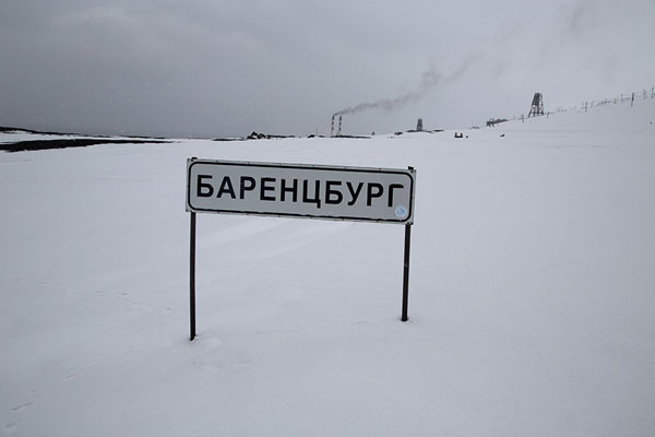 Foto de Barentsburg city sign in the snowBarentsburg -