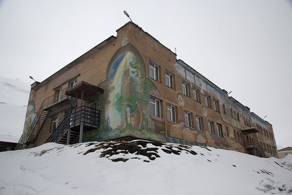 Photo de View of the school buildingBarentsburg -