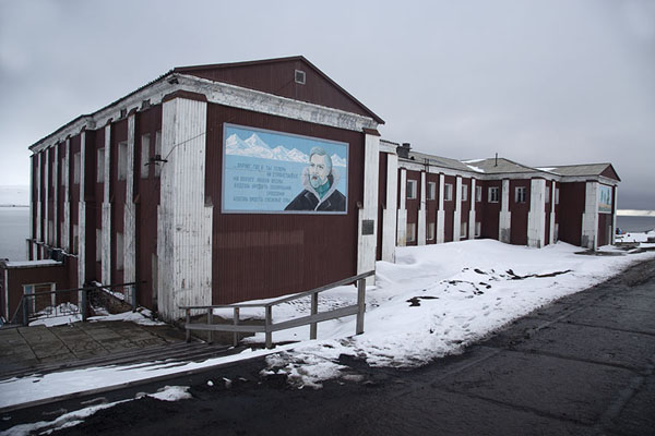 Foto de The oldest remaining building of Barentsburg with Russian poem on the wallBarentsburg -
