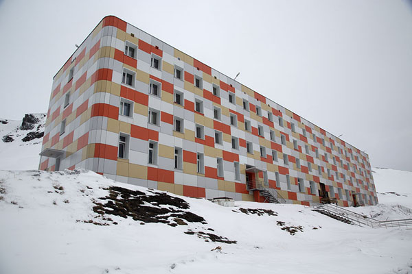 Photo de The first arctic skyscraper in BarentsburgBarentsburg -