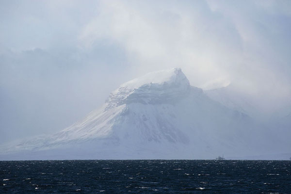 The mountain towering above the abandoned Russian settlement of Pyramiden | Billefjorden | Svalbard and Jan Mayen
