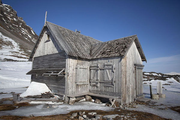 Picture of Camp Millar (Svalbard and Jan Mayen): Wooden cabin near the coast and Camp Millar