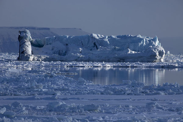 Foto van Iceberg floating in the bay of MohnbuktaMohnbukta -