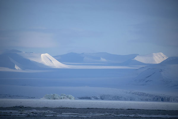 Glacier and mountains rising from Storefjorden near Mohnbukta | Mohnbukta | 司法勒巴和燕麦言