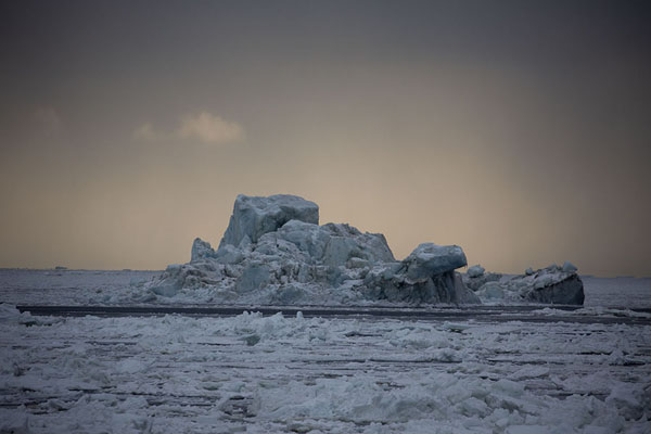 Foto van Iceberg rising from the ice near MohnbuktaMohnbukta -