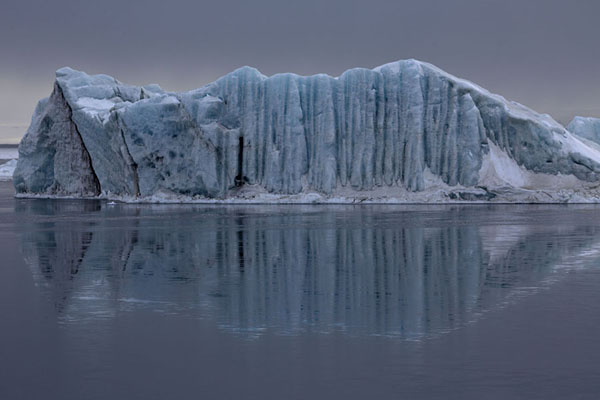 Foto van Iceberg and reflection near the bay of MohnbuktaMohnbukta -