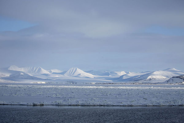 Foto di Landscape of snowy mountains and glaciers rising from StorefjordenMohnbukta -