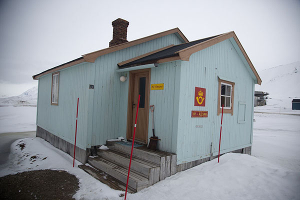 Foto van The tiny post office of Ny-Ålesund, claimed to be the northernmost post office of the planetNy-Ålesund -
