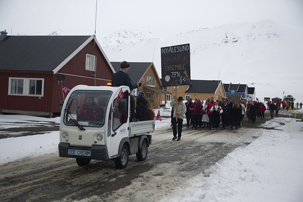 People marching through the street of Ny-Ålesund on Constitution Day, Norwegian national day | Ny-Ålesund | 司法勒巴和燕麦言