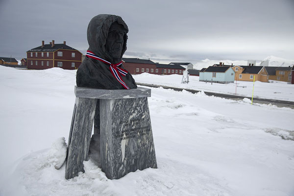 Foto van Bust of Roald Amundsen, polar explorer and Norwegian hero, with ribbon around his neckNy-Ålesund -
