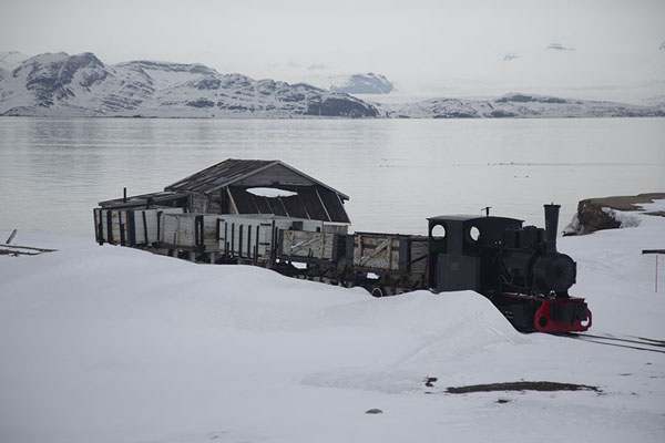 Foto van Train in the snow, used in the mining timesNy-Ålesund -