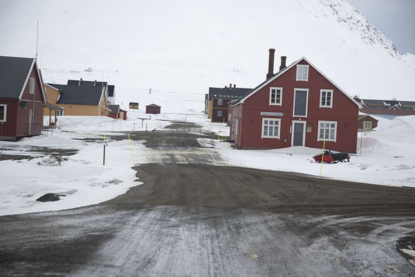 Photo de The main street of Ny-ÅlesundNy-Ålesund -